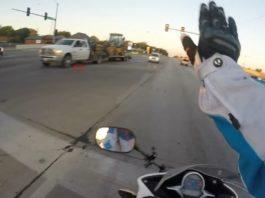 Motociclista blocca il traffico e salva gattino