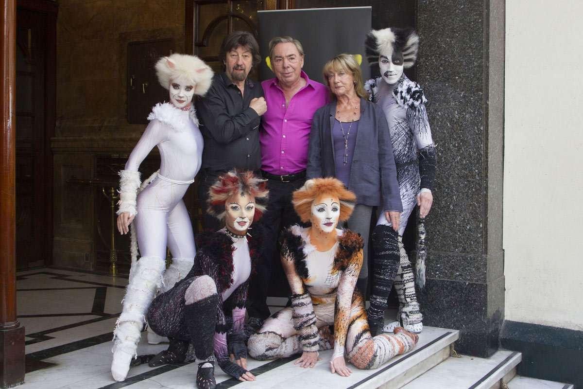 Gli artisti del musical Cats. Al centro Andrew Lloyd Webber