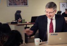 Il sindaco di Riga viene interrotto da un gatto durante un'intervista
